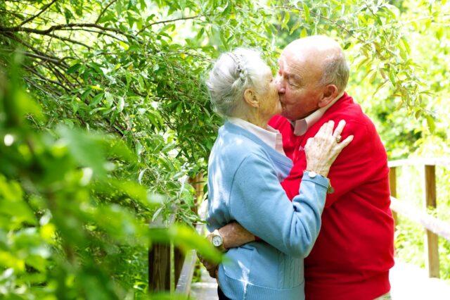 Peg and Dick Aplin kiss